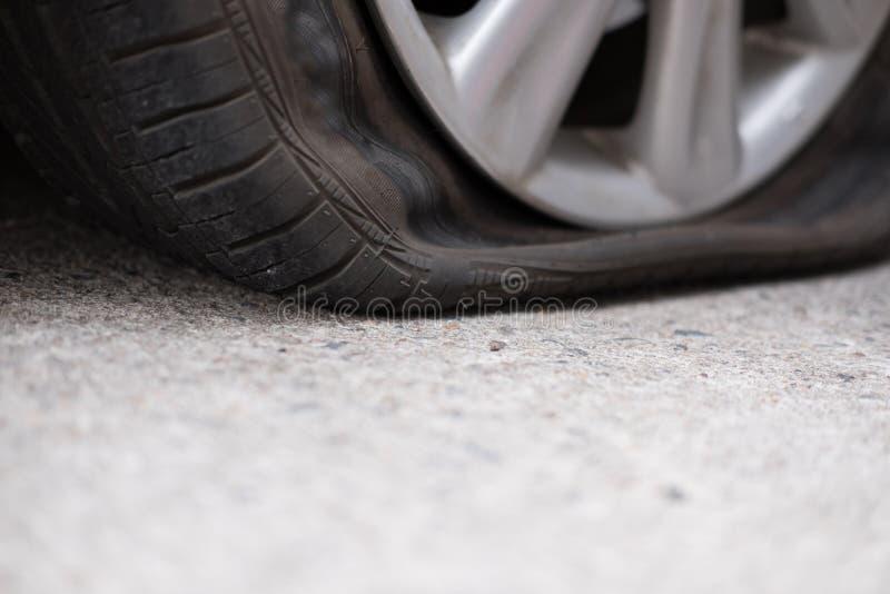 Διαρροή ροδών αυτοκινήτων λόγω του σφυροκοπήματος καρφιών επίπεδο ελαστικό αυτοκινήτου στο δρόμο flatt στοκ φωτογραφία με δικαίωμα ελεύθερης χρήσης