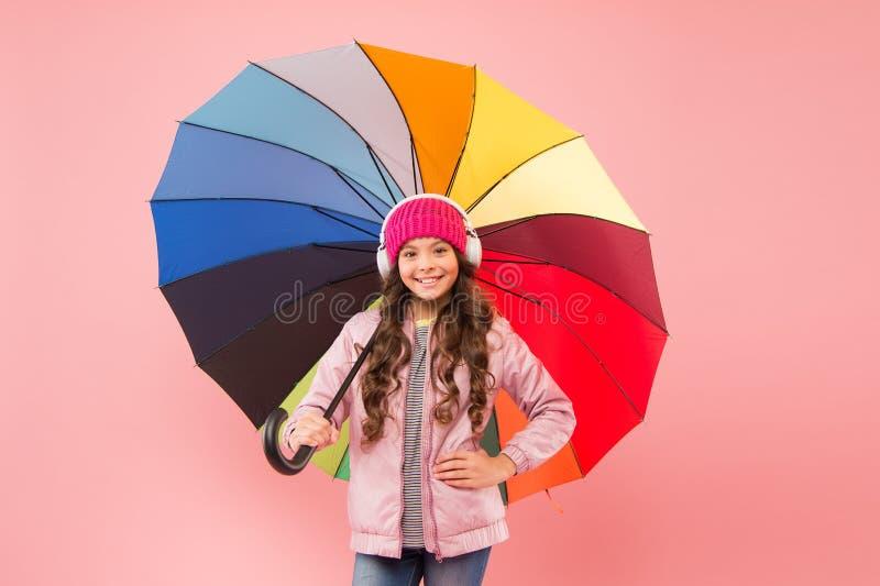Διασκέδαση κάθε μέρα Το παιδί απολαμβάνει απλά πράγματα Διασκεδάστε Διασκεδαστική έννοια Νιώθω καλά Κορίτσι που διασκεδάζει περπα στοκ φωτογραφίες
