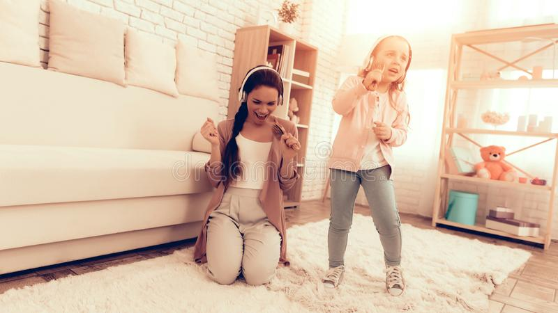 Διασκέδαση μητέρων και τραγούδι κορών με τη χτένα στα χέρια στοκ εικόνες με δικαίωμα ελεύθερης χρήσης