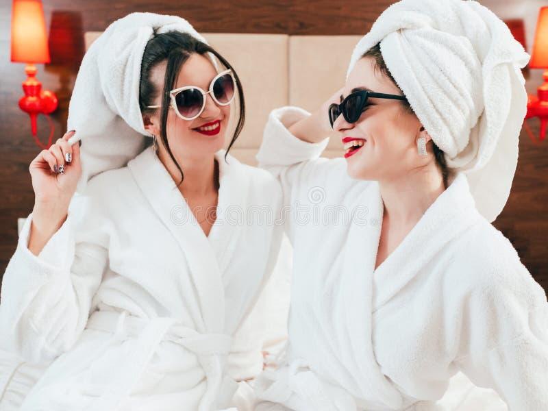 Διασκέδαση μπουρνουζιών τρόπου ζωής προσοχής ομορφιάς ελεύθερου χρόνου γυναικών στοκ φωτογραφία με δικαίωμα ελεύθερης χρήσης