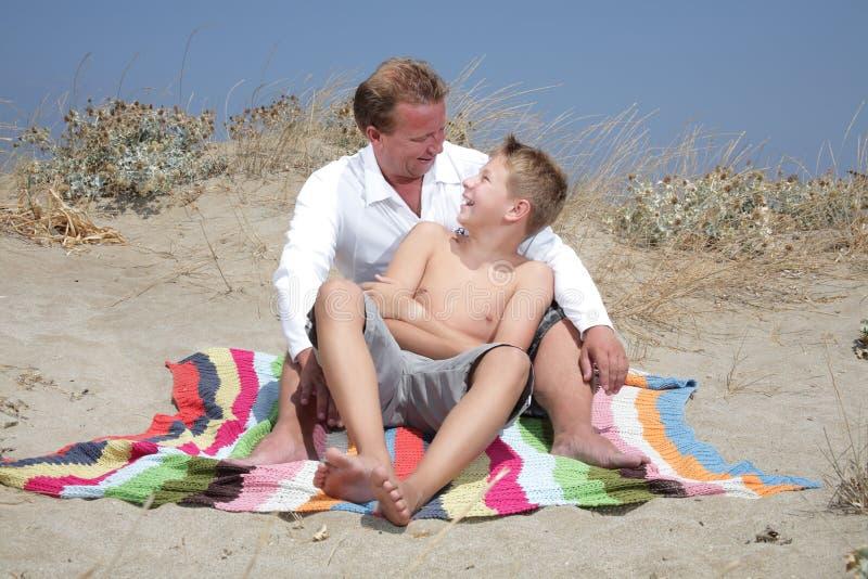 διασκέδαση πατέρων που έχ&epsi στοκ φωτογραφία με δικαίωμα ελεύθερης χρήσης