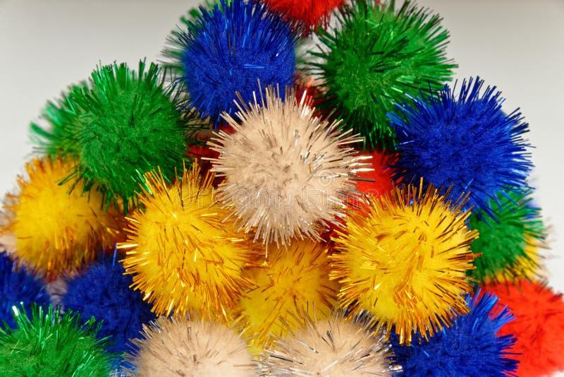 Διασκέδαση που χρωματίζεται pom poms όλοι σε έναν σωρό στοκ εικόνα με δικαίωμα ελεύθερης χρήσης