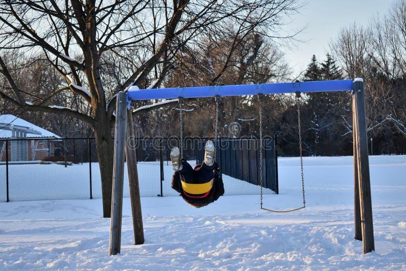 Διασκέδαση σε μια χειμερινή παιδική χαρά στοκ εικόνα
