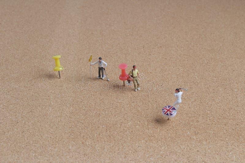 διασκέδαση του μικροσκοπικού παιχνιδιού παικτών γκολφ στην καρφίτσα στοκ φωτογραφία