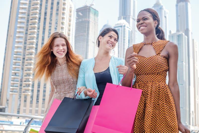 Διασκέδαση Shopaholic από κοινού στοκ εικόνες