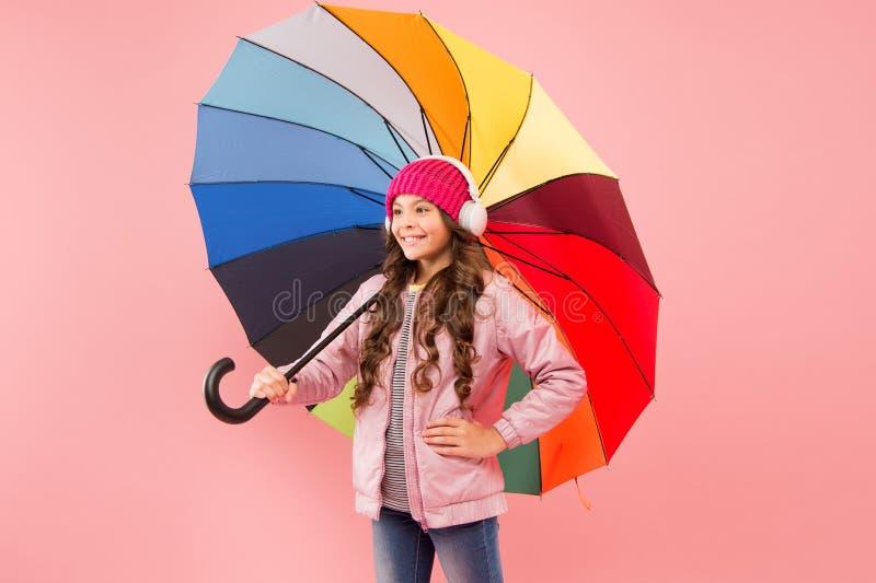 Διασκεδάστε Διασκεδαστική έννοια Νιώθω καλά Κορίτσι που διασκεδάζει περπατώντας ασύρματα ακουστικά κάτω από πολύχρωμη ομπρέλα Πτώ στοκ φωτογραφία με δικαίωμα ελεύθερης χρήσης