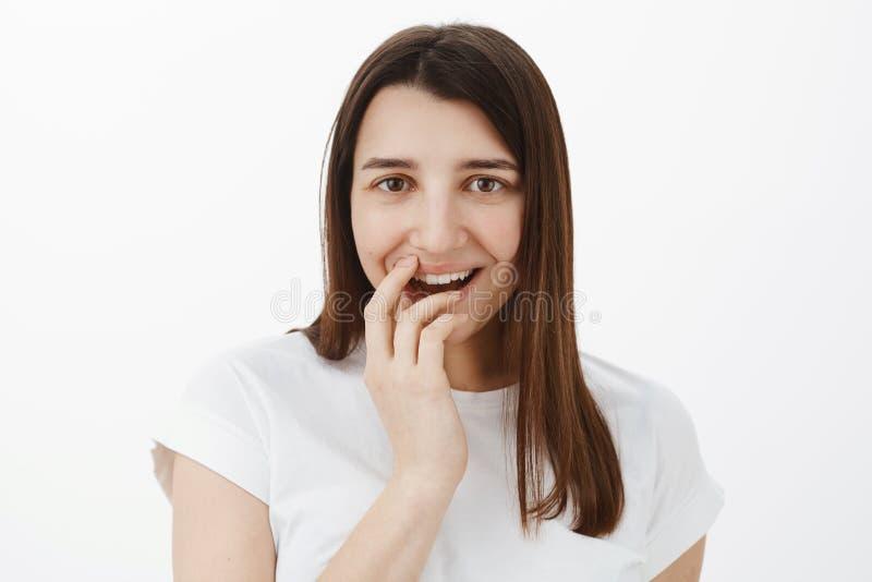 Διασκεδασμένος θηλυκός φίλος που χαμογελά και σχετικά με τα χείλια από τον ενθουσιασμό ως τρομερή φρέσκια στάση φημών ακρόασης κα στοκ φωτογραφίες