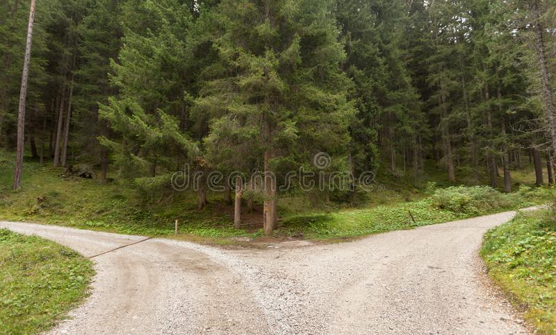 Διασπάσεις ενιαίες βουνών δρόμων σε δύο διαφορετικές κατευθύνσεις Αυτό ` s στοκ φωτογραφίες