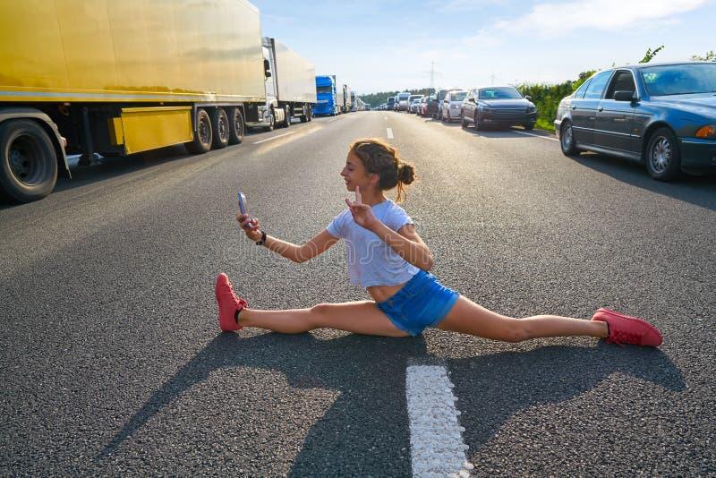 Διασπασμένη φωτογραφία κοριτσιών ποδιών selfie σε έναν δρόμο κυκλοφοριακής συμφόρησης στοκ φωτογραφίες