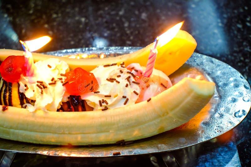 Διασπασμένο παγωτό μπανανών με τη διακόσμηση κερασιών στοκ φωτογραφία