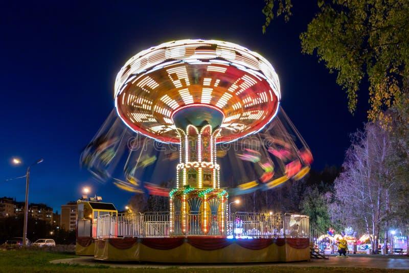 Διασταύρωση κυκλικής κυκλοφορίας αλυσίδων στο πάρκο πόλεων Πάρκο Cheboksary, Ρωσία, 30/09/2018 φθινοπώρου στοκ φωτογραφία