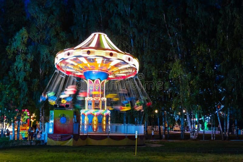 Διασταύρωση κυκλικής κυκλοφορίας αλυσίδων στο πάρκο πόλεων Cheboksary, Ρωσία, 08/19/2018 στοκ εικόνες