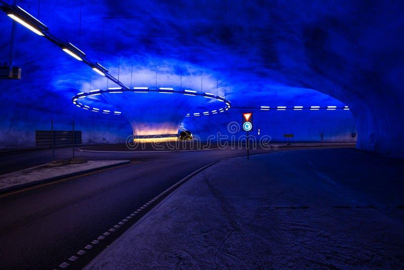 Διασταύρωση κυκλικής κυκλοφορίας στην υπόγεια σήραγγα με τα φωτεινά σήματα στοκ εικόνα