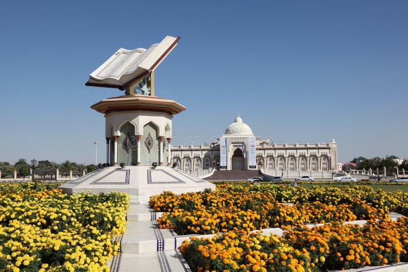 Διασταύρωση κυκλικής κυκλοφορίας Quran στη Σάρτζα στοκ εικόνες