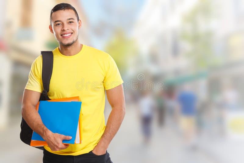 Διαστημικοί μαθαίνοντας χαμογελώντας άνθρωποι πόλης copyspace αντιγράφων νεαρών άνδρων σπουδαστών στοκ φωτογραφία