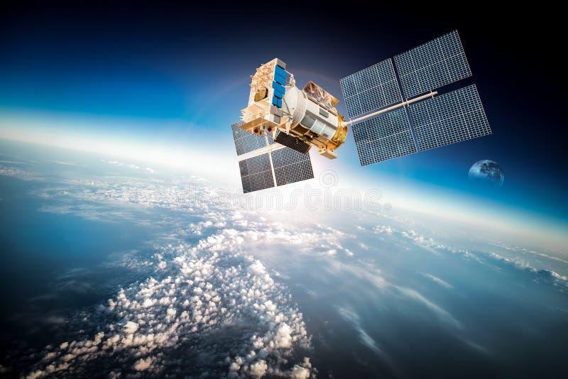 Διαστημικός δορυφόρος πέρα από το πλανήτη Γη στοκ εικόνα