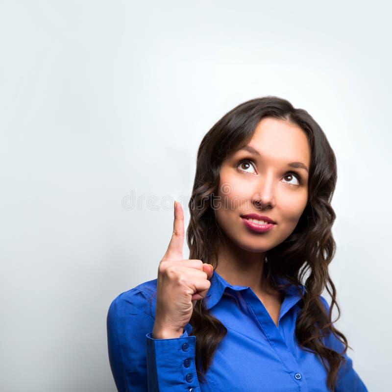 Διαστημικό δάχτυλο υπόδειξης αντιγράφων γυναικών επιχειρησιακή χαμογελώ&n στοκ εικόνα