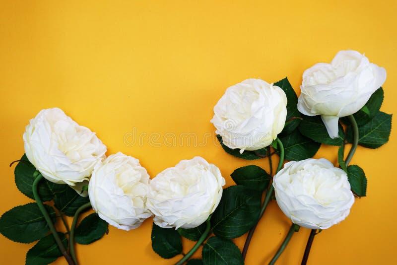 Διαστημικό αντίγραφο με την τεχνητή peony ανθοδέσμη λουλουδιών στο κίτρινο υπόβαθρο στοκ φωτογραφίες με δικαίωμα ελεύθερης χρήσης