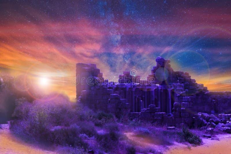 Διαστημικό, μυθικό τοπίο Το ηλιοβασίλεμα και τα αστέρια Φωτεινός πολύχρωμος ουρανός πέρα από τις καταστροφές στοκ φωτογραφία