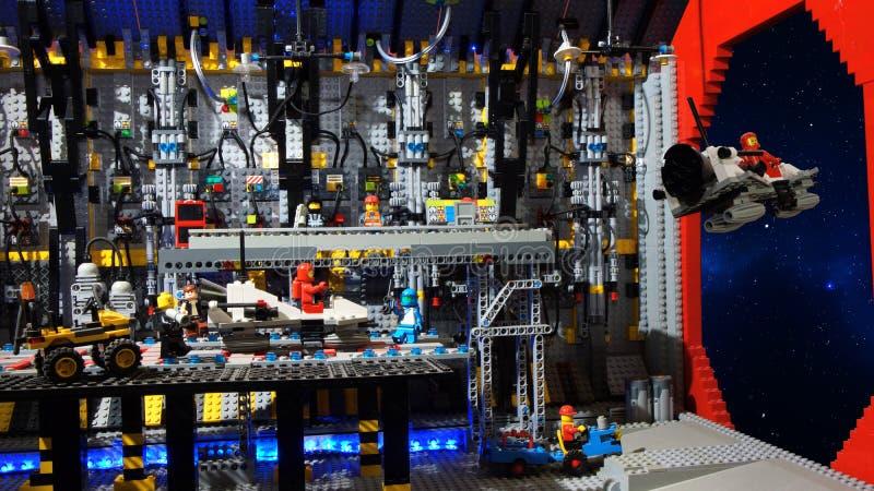 Διαστημικό σκάφος αναγνώρισης απογείωσης από μέσα από το intergalactic σκάφος Πρότυπο που χτίζεται με τους φραγμούς LEGO στοκ εικόνες