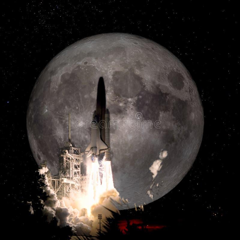 Διαστημόπλοιο που απογειώνεται σε μια αποστολή στη πανσέληνο ελεύθερη απεικόνιση δικαιώματος