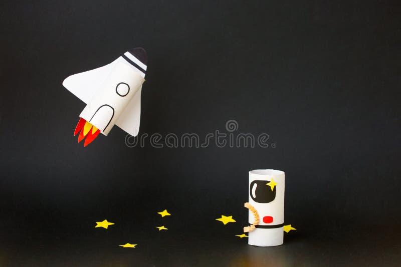 Διαστημόπλοιο, σκάφος, πύραυλος και αστροναύτης σε μαύρο φόντο με χώρο αντιγραφής για κείμενο Έννοια της εκκίνησης επιχειρήσεων,  στοκ εικόνα με δικαίωμα ελεύθερης χρήσης