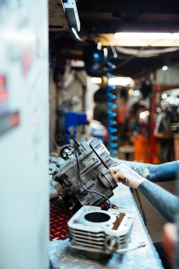 Διαστισμένη μηχανική μηχανή επισκευής στο γκαράζ στοκ φωτογραφία