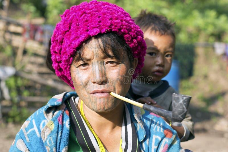 Διαστισμένη φυλή γυναίκα πηγουνιών (Muun) και γιος στοκ φωτογραφία
