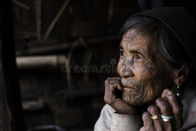 Διαστισμένη φυλή γυναίκα πηγουνιών (Muun) στοκ εικόνα