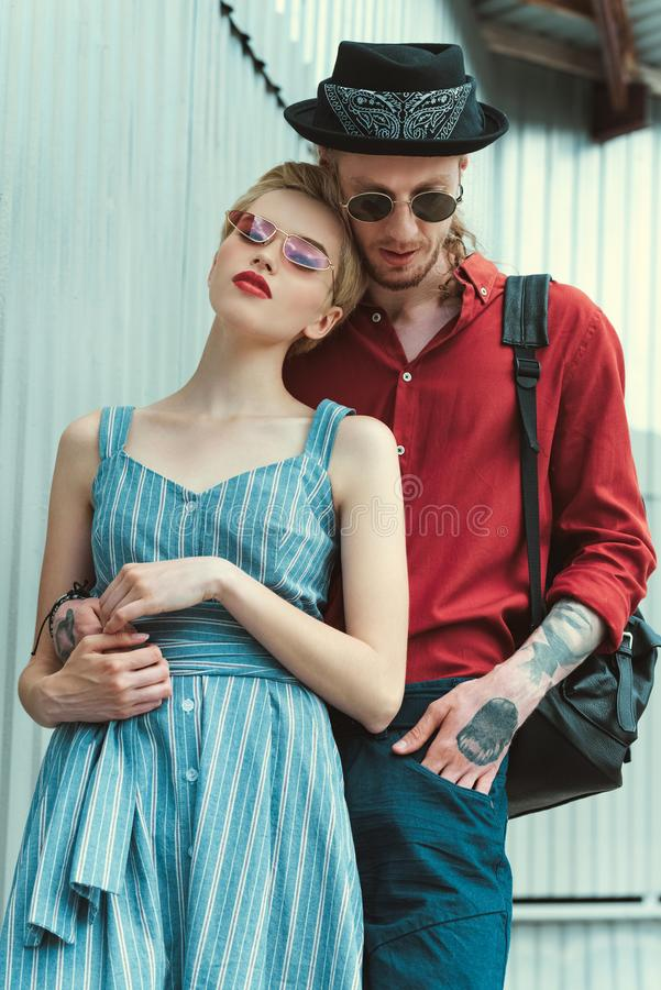 διαστισμένο άτομο και όμορφο αγκάλιασμα φίλων στοκ εικόνες