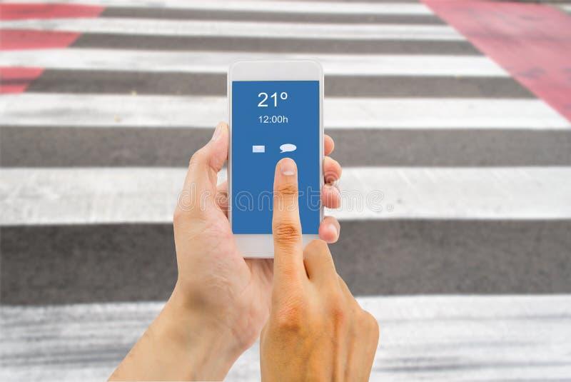Διασχίζοντας το δρόμο που αποσπάται με το smartphone στοκ εικόνες