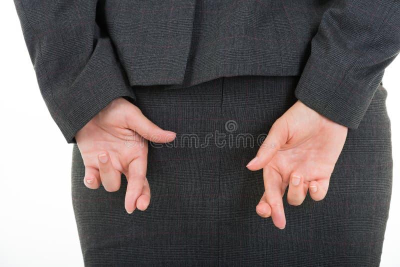 Διασχισμένα εκμετάλλευση δάχτυλα επιχειρησιακών γυναικών πίσω από την πλάτη στοκ εικόνες