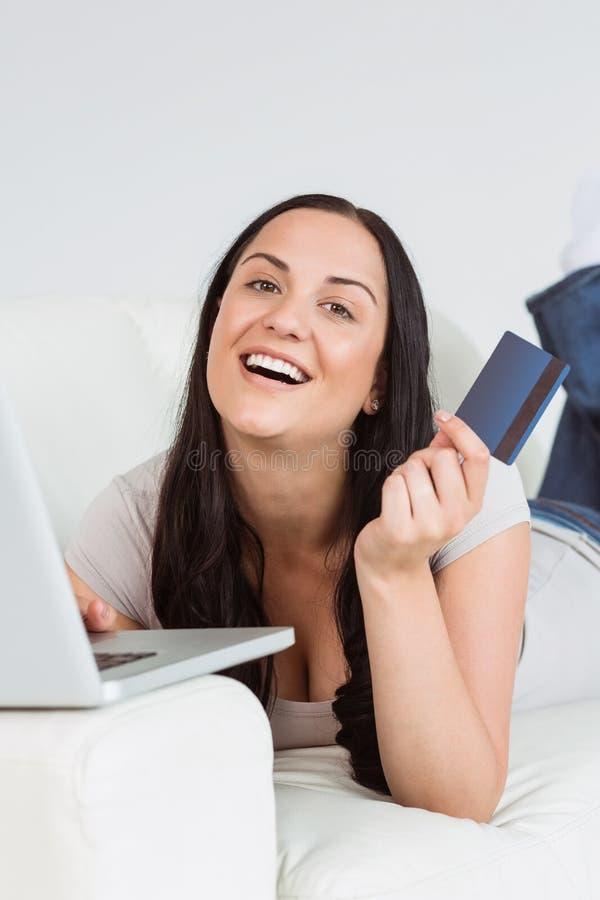 Διαταγή γυναικών που ψωνίζει από on-line στοκ φωτογραφίες