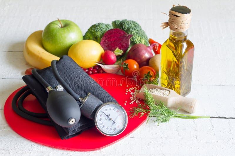 Διατροφή και υγιεινά τρόφιμα σε μια κόκκινη καρδιά στοκ εικόνα