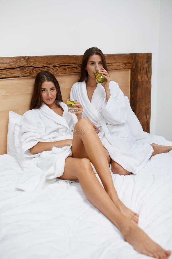 Διατροφή Detox Υγιές πόσιμο νερό γυναικών το πρωί διατροφή στοκ εικόνες