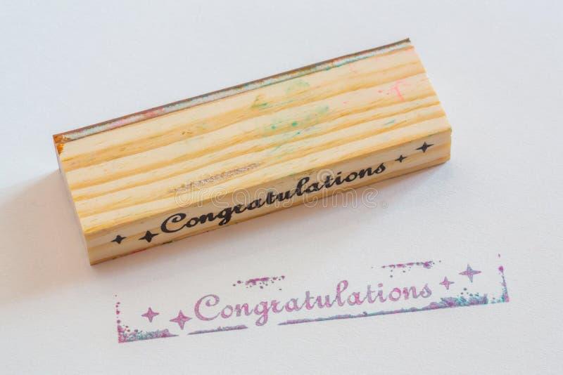 Συγχαρητήρια που σφραγίζονται σε χαρτί στοκ εικόνα