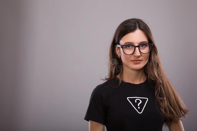 Διαφήμιση και έννοια σχεδίου μπλουζών πορτρέτο της μοντέρνης γυναίκας που φορά τη μαύρη μπλούζα με το ερωτηματικό επιγραφής και τ στοκ εικόνες