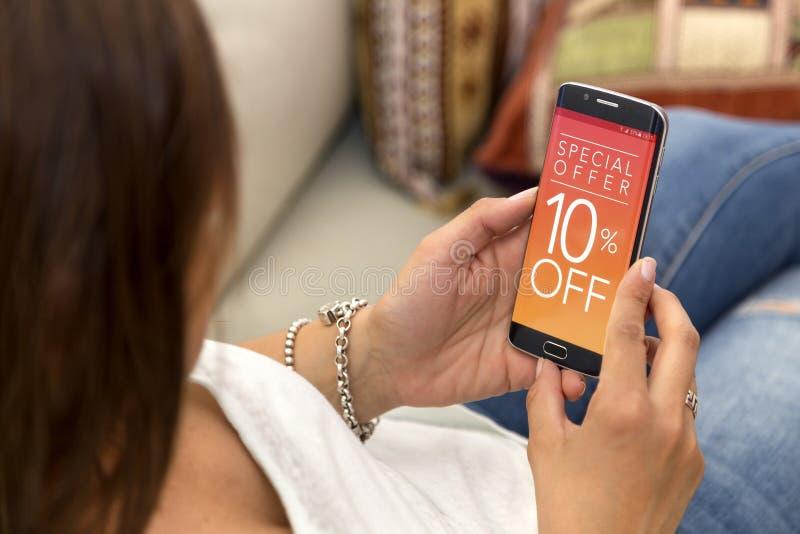 Διαφήμιση 10% μακριά στην οθόνη του τηλεφώνου στοκ φωτογραφία