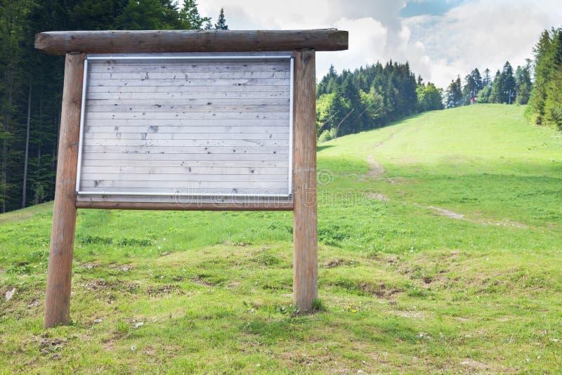 Διαφήμιση του πίνακα διαφημίσεων έξω από το βουνό στο καλοκαίρι στοκ εικόνες με δικαίωμα ελεύθερης χρήσης