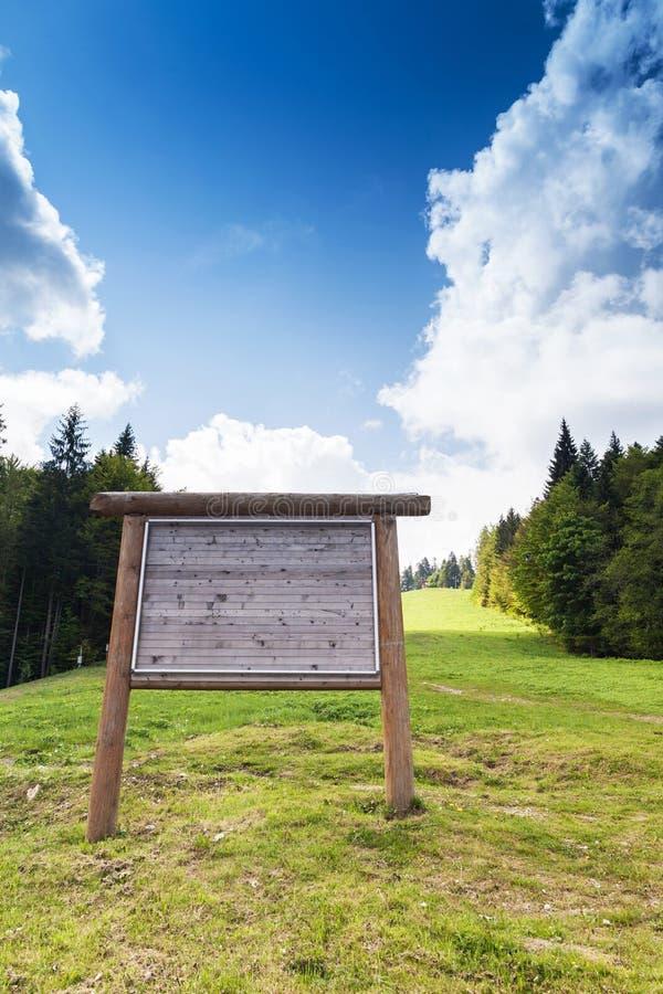Διαφήμιση του πίνακα διαφημίσεων έξω από το βουνό στο καλοκαίρι στοκ φωτογραφία