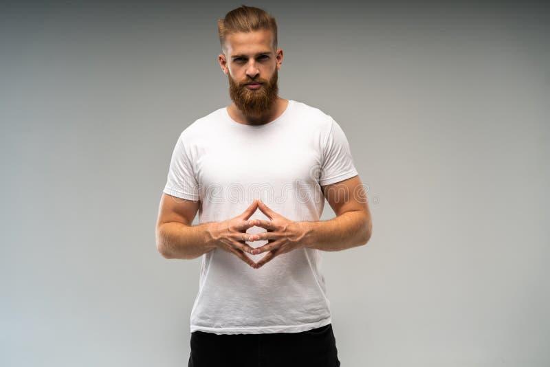 Διαφήμιση Barbershop Κλείστε επάνω το πορτρέτο του αυστηρού καυτού κόκκινου γενειοφόρου τύπου με το μοντέρνο hairdo Στέκεται με δ στοκ εικόνες