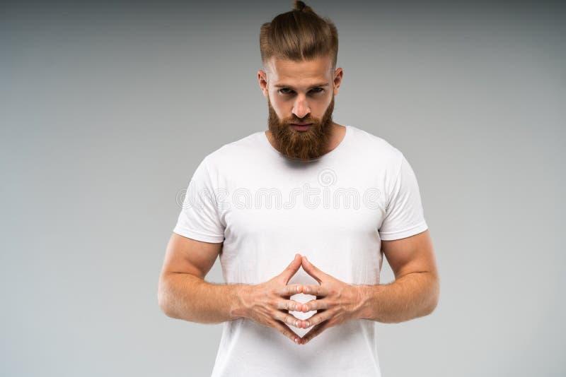 Διαφήμιση Barbershop Κλείστε επάνω το πορτρέτο του αυστηρού καυτού κόκκινου γενειοφόρου τύπου με το μοντέρνο hairdo Στέκεται με δ στοκ εικόνα με δικαίωμα ελεύθερης χρήσης