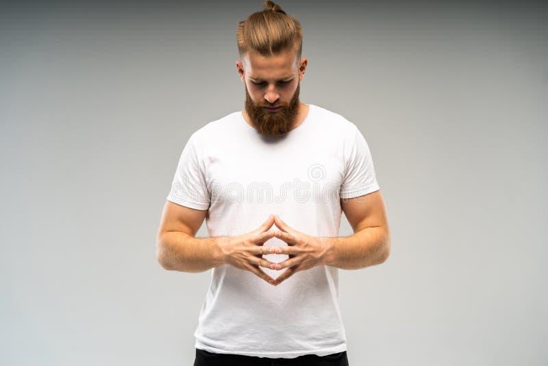 Διαφήμιση Barbershop Κλείστε επάνω το πορτρέτο του αυστηρού καυτού κόκκινου γενειοφόρου τύπου με το μοντέρνο hairdo Στέκεται με δ στοκ φωτογραφία με δικαίωμα ελεύθερης χρήσης