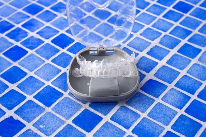 Διαφανές οδοντικό orthodontics σε ένα προστατευτικό κιβώτιο στοκ εικόνες με δικαίωμα ελεύθερης χρήσης