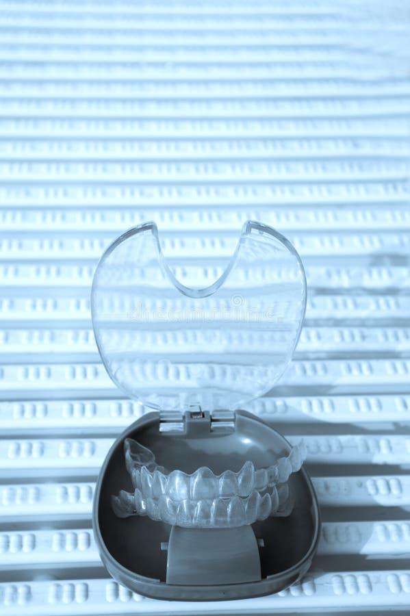 Διαφανές οδοντικό orthodontics σε ένα προστατευτικό κιβώτιο στοκ εικόνες