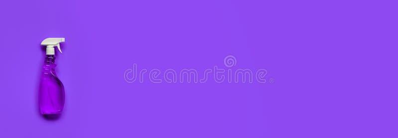 Διαφανές πορφυρό μπουκάλι ψεκασμού στοκ εικόνες με δικαίωμα ελεύθερης χρήσης