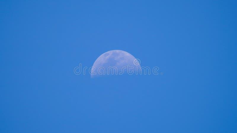 Διαφανές φεγγάρι στο μπλε ουρανό στοκ εικόνα με δικαίωμα ελεύθερης χρήσης