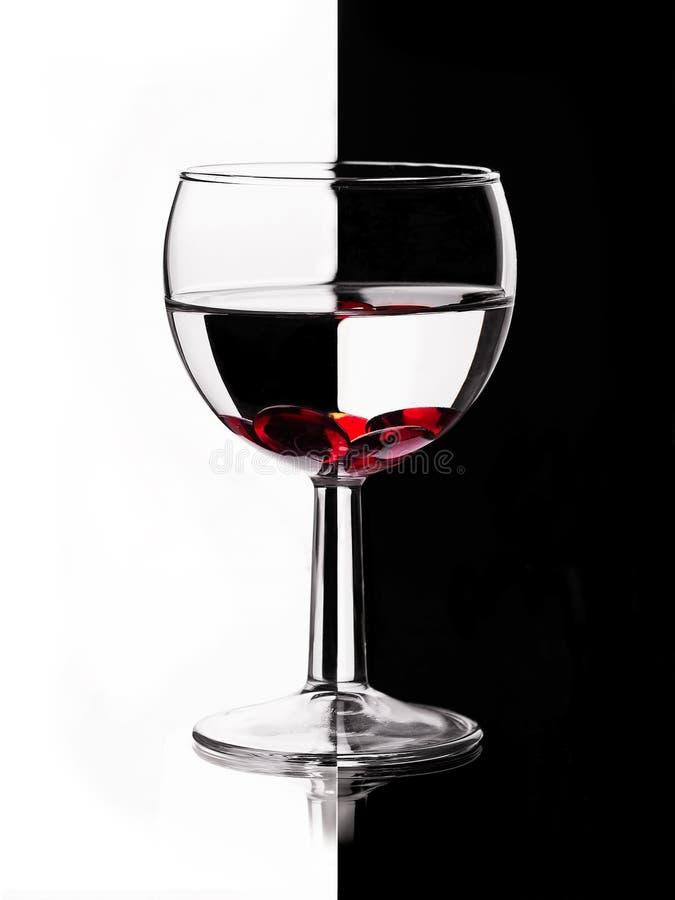 Διαφανές wineglass με το κόκκινο μάρμαρο στοκ εικόνες με δικαίωμα ελεύθερης χρήσης