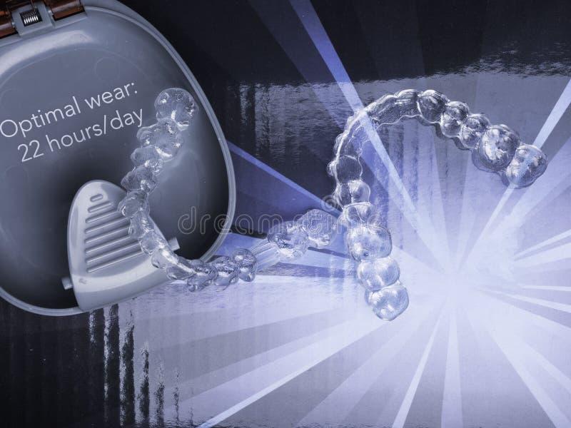 Διαφανής ευθυγραμμιστής προσθέσεων δοντιών δοντιών με τον τρόπο κιβω στοκ φωτογραφία