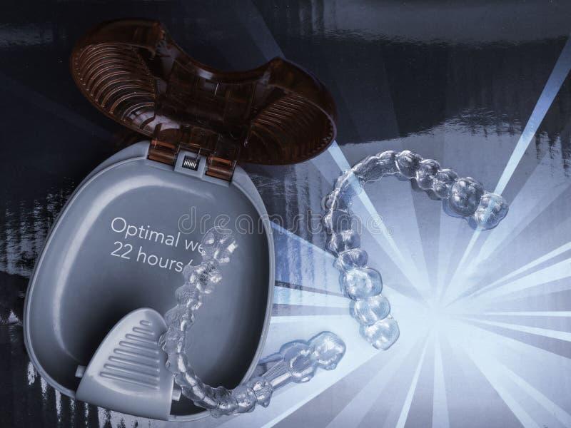 Διαφανής ευθυγραμμιστής προσθέσεων δοντιών με το κιβώτιό του, διάστημ στοκ φωτογραφία